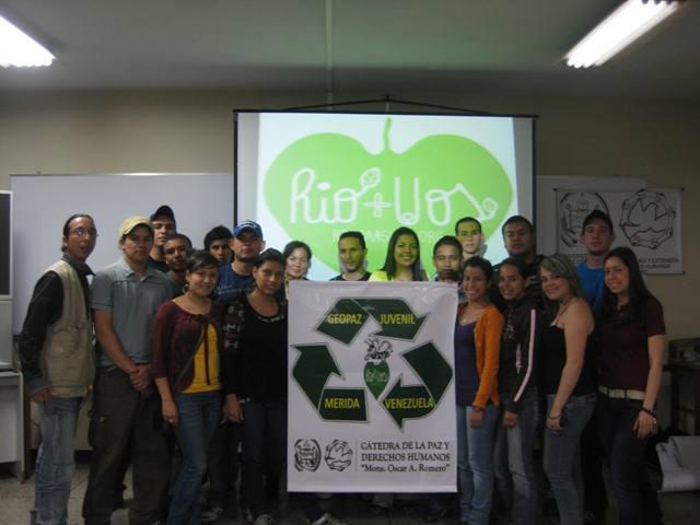 Jóvenes participantes en el conversatorio Río + 20 de Cátedra de la Paz