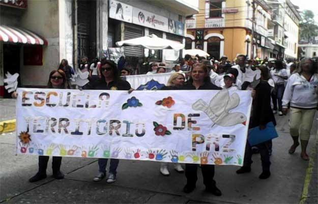 El inicio del año escolar por el Ministerio de Educación fue un desfile, donde destacó que NO habían estudiantes. Mérida, Septiembre 2015. Fotografía Diario de Los Andes.